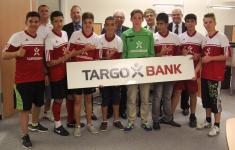 B-Jugend nimmt die Targobank-Trikots entgegen.