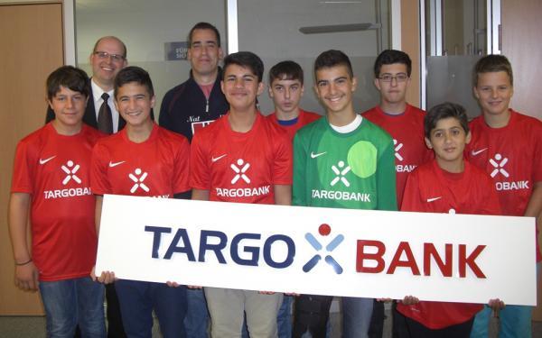 Die C-Jugend 2013 mit Targobank-Filialleiter Torsten Homburg und Trainer Daniel